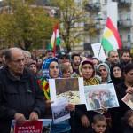 Många av mötesdeltagarna bar flaggor och bilder